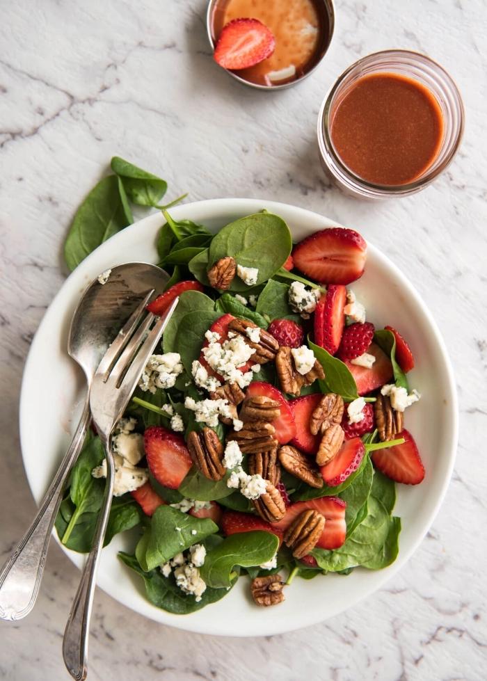 une salade estivale d'épinards, fraises, noix et fromage de chèvre, à la sauce de salade faite maison aux fraises