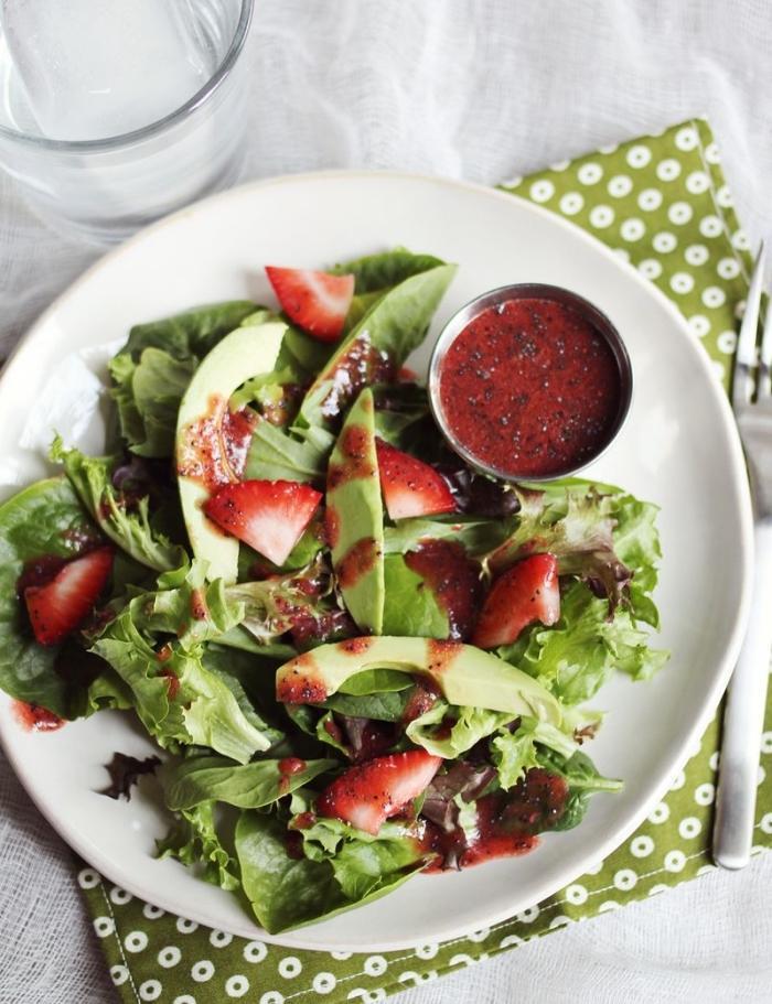 recette estivale de salade verte de laitue, fraise et avocat, arrosée de vinaigrette balsamique à la fraise préparée maison