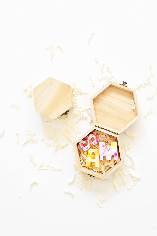 boite en bois avec des savons en forme de lettres décorés à effet marbre, cadeau pour maitresse a faire soi meme