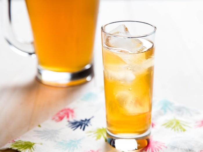 idée comment servir une limonade maison au goût de pêche, verre cocktail rempli de limonade et glaçons