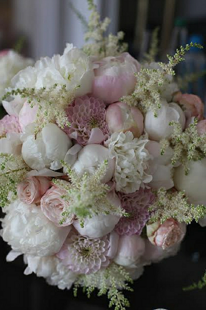bouquet mariée pivoine forme ronde, pivoines et dahlias couleur rose et blanche