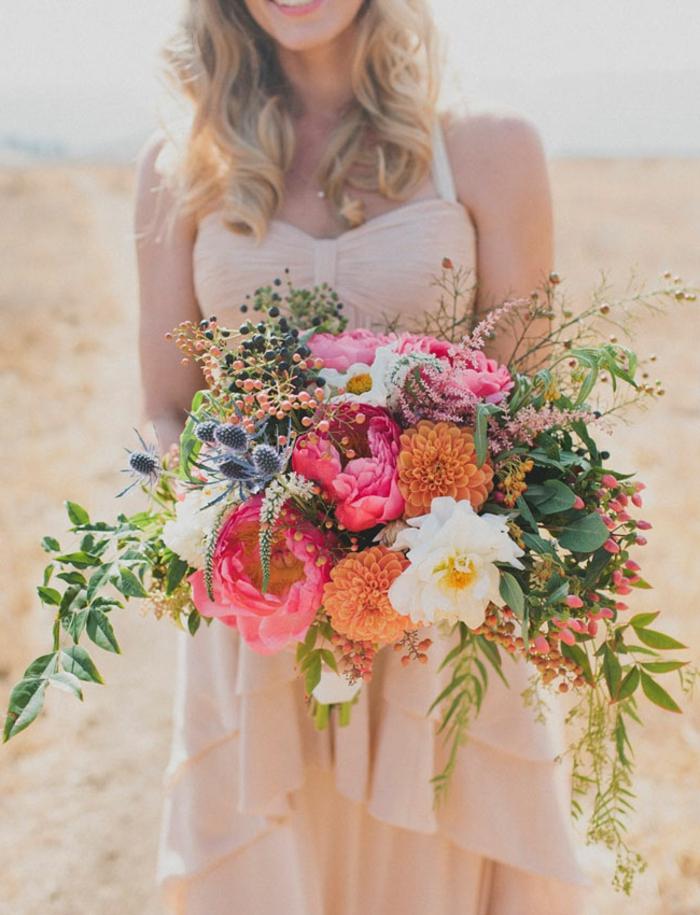 joli bouquet rose et blanc avec verdure, marguerites et roses rustiques