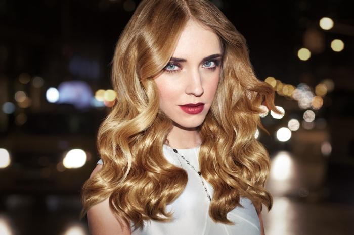 produits de décoloration cheveux de base châtain foncé aux reflets blond caramel, maquillage avec rouge à lèvres rouge