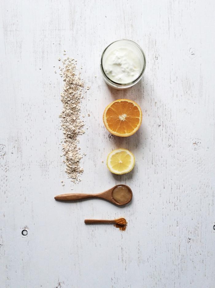 un masque miel citron yaourt et flocons d'avoine à double action, à la fois hydratant et exfoliant