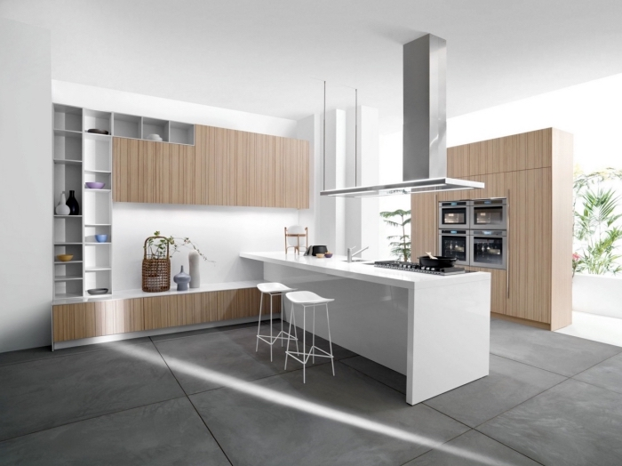décoration de cuisine blanche avec ilot central blanc et meubles de bois clair, modèle de rangement cuisine vertical