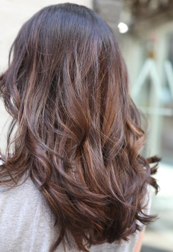 ombré hair marron, ombrage cheveux très léger, couleur chatain foncé, mèches éclaircies
