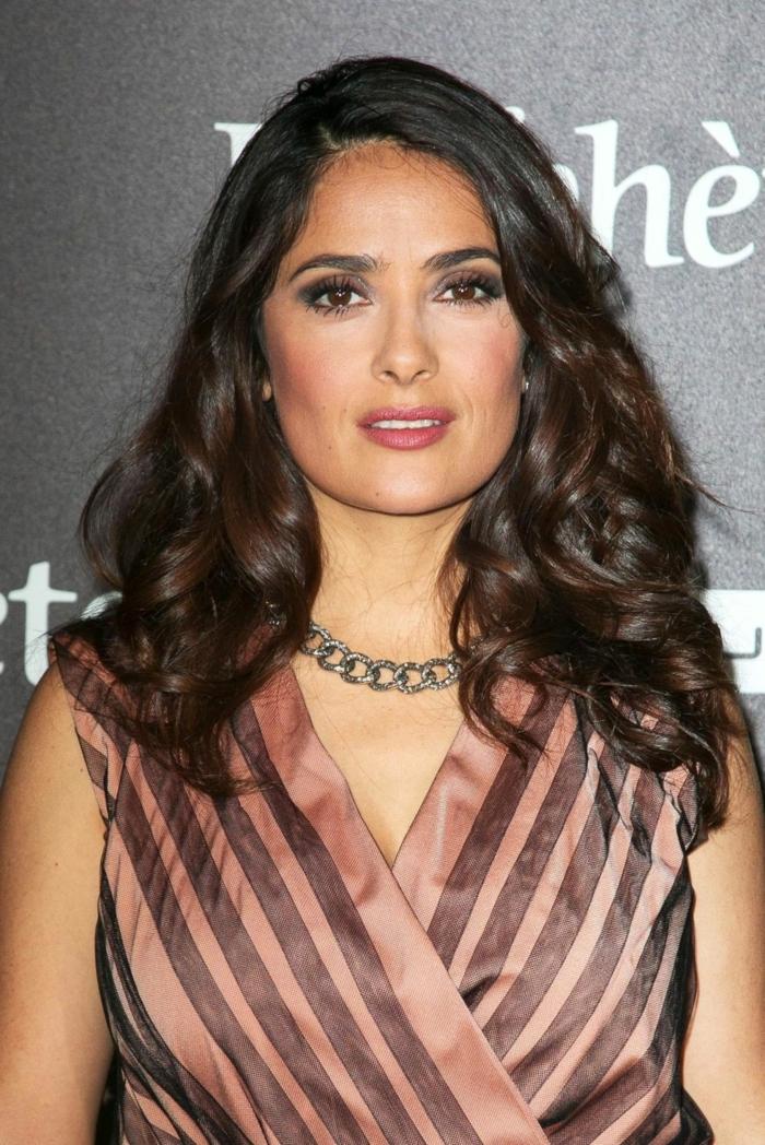 Salma Hayek avec un sombré cheveux, ombré subtil, robe avec un décolleté en V et collier chaine