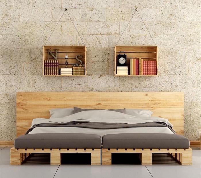 lit en palette confortable bas avec quatre palettes au sol et deux au mur avec caisse en bois déco murale