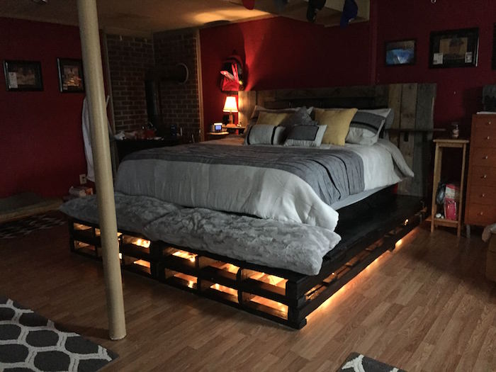 lit en palette confortable mi hauteur avec guirlande lumineuse sous le sommier