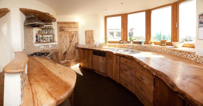 design intérieur rustique dans une cuisine aux murs blancs avec meubles bois brut et carrelage mosaïque beige