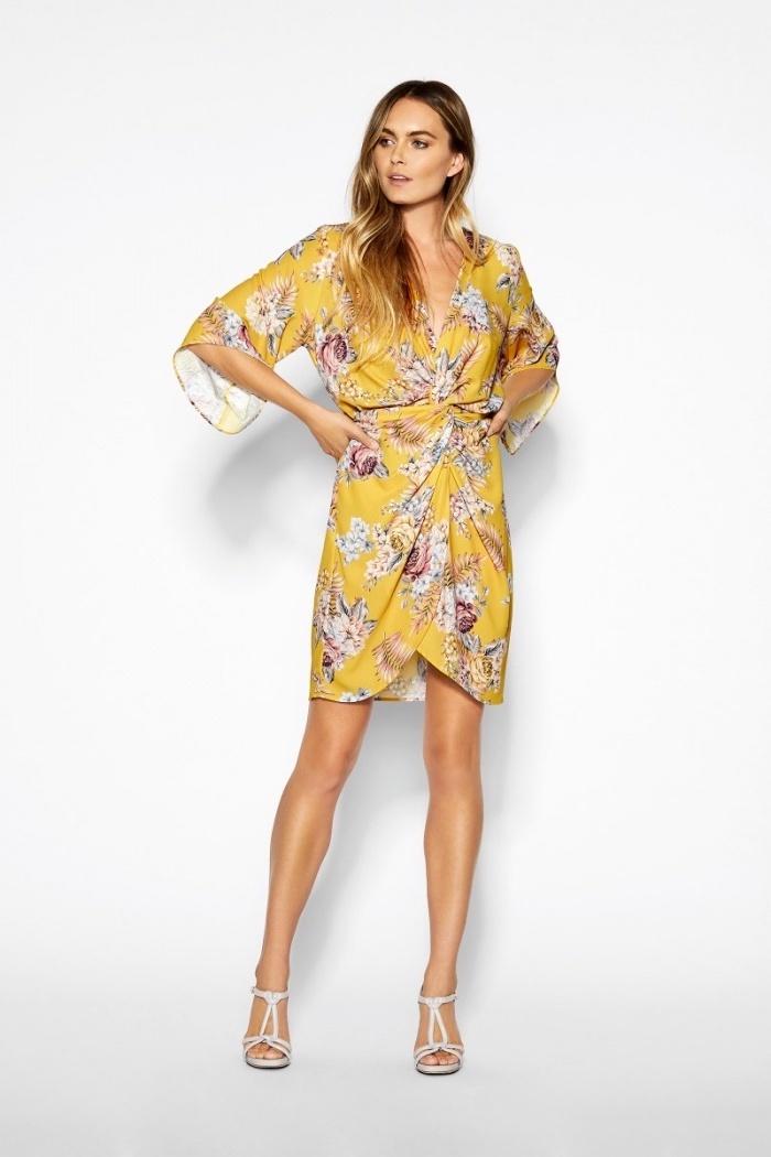 Idee de robe fluide femme robe légère été style d aujourd hui moderne robe jaune à fleurs sandales à talon style d'été