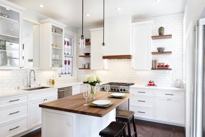 design intérieur cuisine blanche aux murs imitation briques blanches avec parquet de bois foncé et meubles bois blanc
