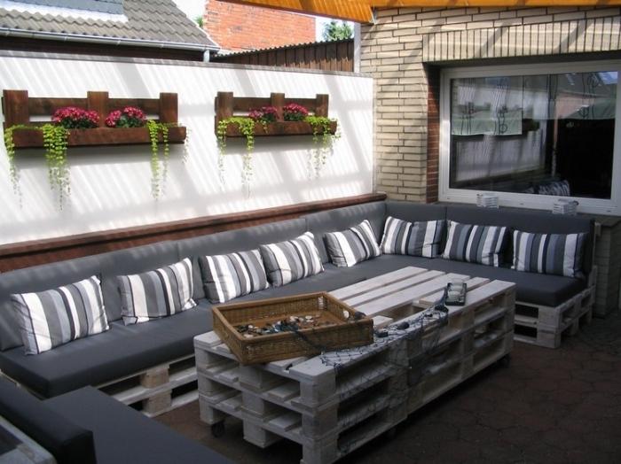 comment organiser l'espace extérieur avec un mobilier bricolage maison en palette en forme de canapé d'angle