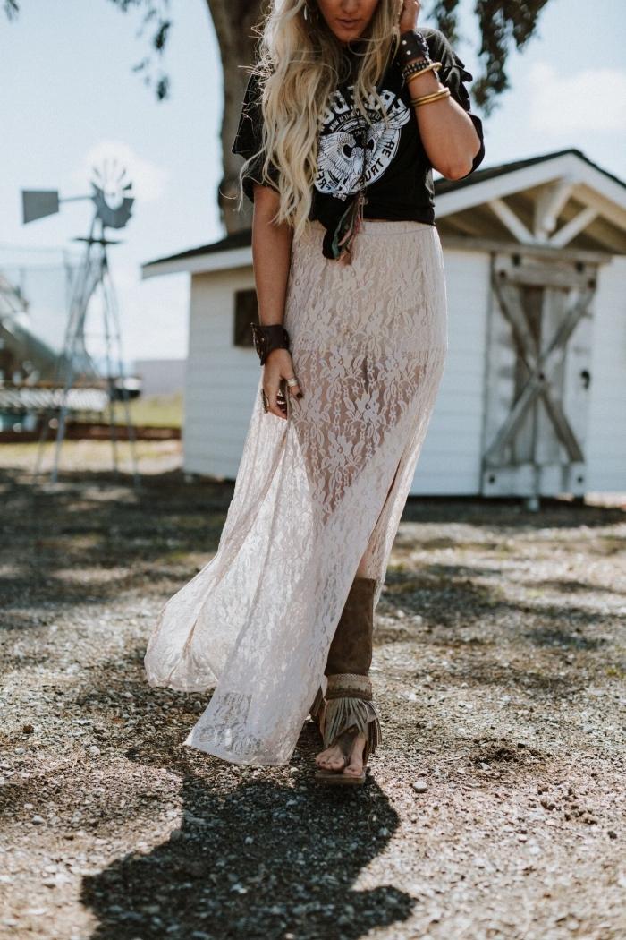 jupe longue en broderie blanche transparente combinée avec t-shirt noir et accessoires de style bohème chic