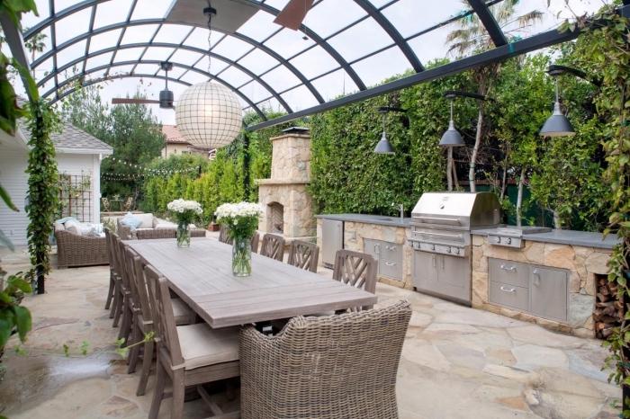 idée comment aménager une cuisine en longueur avec équipement en acier inoxydable et ilot en pierre, salon de jardin en bois clair