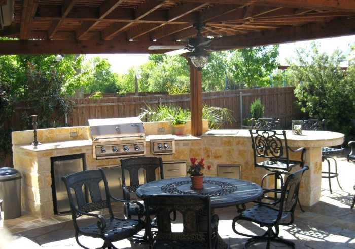 exemple de cuisine d'été couverte avec toit de bois solide et ventilateur de plafond, ilot de cuisine en pierres
