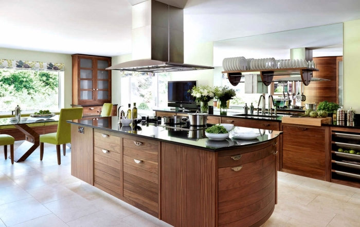 modèle de cuisine ouverte vers salle à manger au plafond blanc et murs gris avec meubles de bois brut foncé