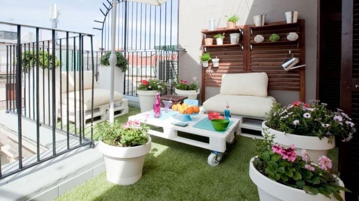 design extérieur moderne avec mobilier en bois peint en blanc et plantes sur gazon artificiel vert, meuble en bois de palette