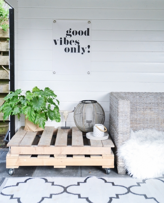 aménager son jardin avec un petit budget, table basse exterieur pour un coin de détente à inspiration scandinave dans le jardin