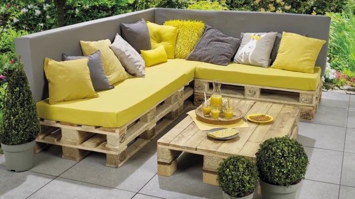 salon de jardin réalisé entièrement avec des palettes recyclées, une table basse exterieur fabriquée avec des palettes
