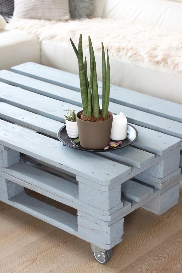 une table basse palette relookée avec de la peinture grise, embellir une table basse récup par un joli plateau déco