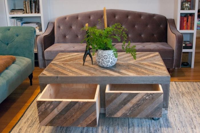 salon vintage avec une table basse originale en bois massif, avec des tiroirs et un plateau recouverts de bois de palette