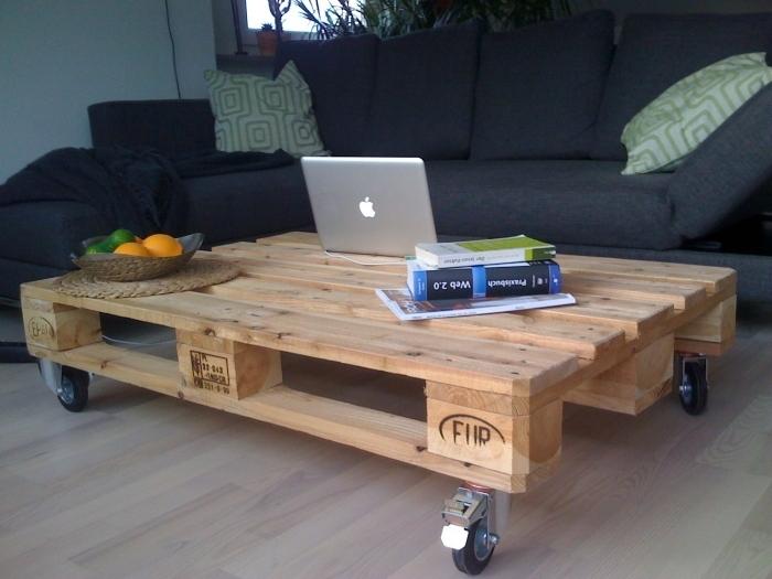 une simple table basse en palette montée sur des roulettes et d'une structure allégée qui a conservé son aspect bois nature