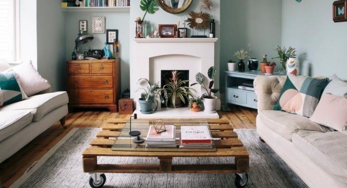 une table basse palette sur roulettes à l'aspect vintage, posée au centre de ce salon bohème chic