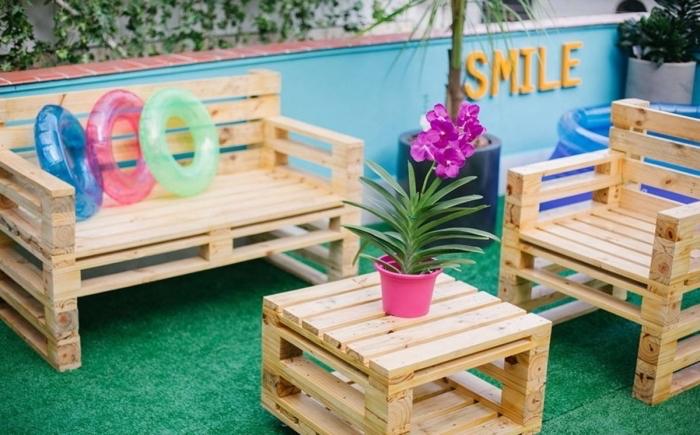 décoration de style plage et été dans un petit jardin aménagé avec piscine gonflable et salon de jardin en palette DIY