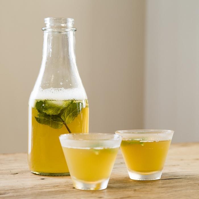 idée boisson rafraîchissante préparée à la base d'eau froide avec jus de fruits et feuilles d'herbes fraîches