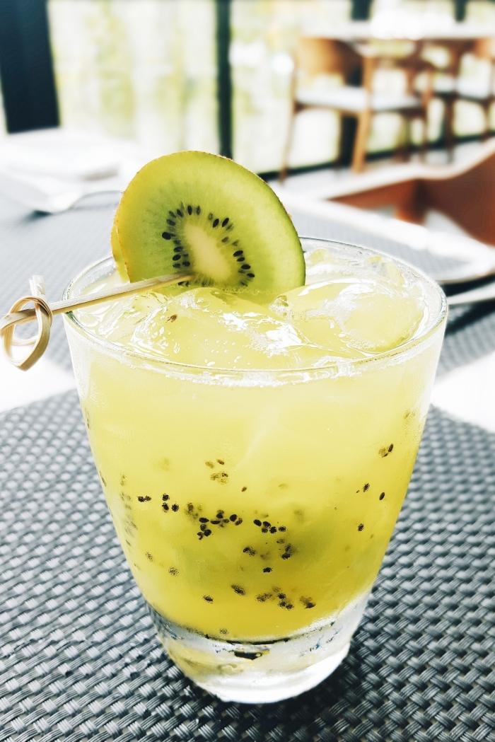 exemple de boisson rafraichissante facile à préparer chez soi, verre cocktail au jus de kiwi avec eau et sans sucre