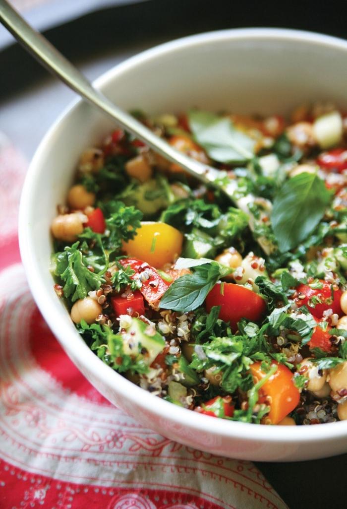 recette estivale originale à base de quinoa, recette de taboulé au quinoa, avec des tomates cerises et des herbes fraîches