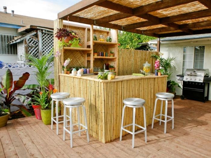 petite cuisine aménagée dans le jardina avec ilot en bambou et étagères pour rangement mural, modèle cuisine avec toit