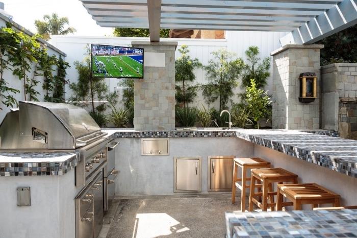 idée comment aménager une cuisine de jardin couverte avec toit et barbecue, modèle de cuisine en U avec armoires et ilot
