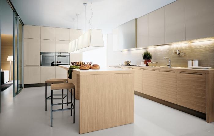 design intérieur dans une cuisine moderne en bois au sol blanc laqué avec meubles haut beige et ilot central