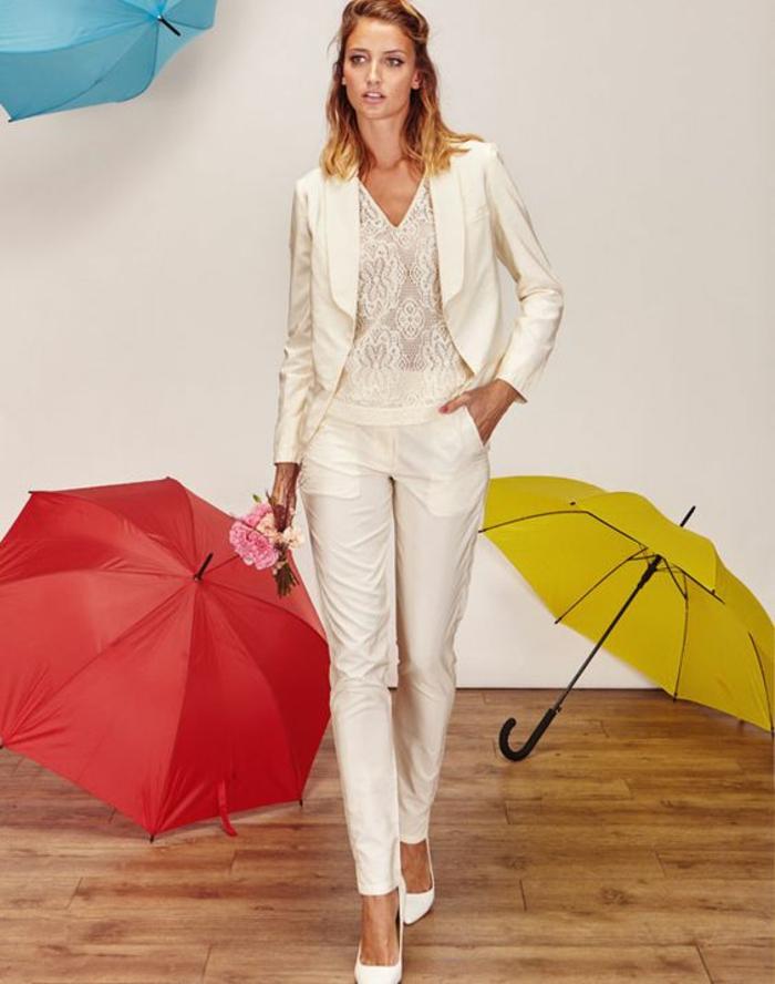 tenue mariage invité en couleur ivoire, pantalon cigarette, veste courte avec revers en soie, blouse en dentelle, chaussures pointues blanches