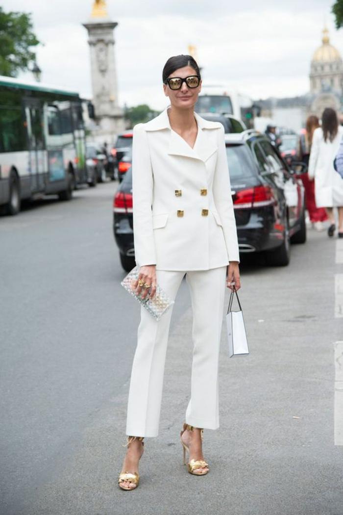 tenue ceremonie femme en deux pièces avec pantalon, veste avec quatre boutons carrés en couleur or, mini sac pochette en blanc et or