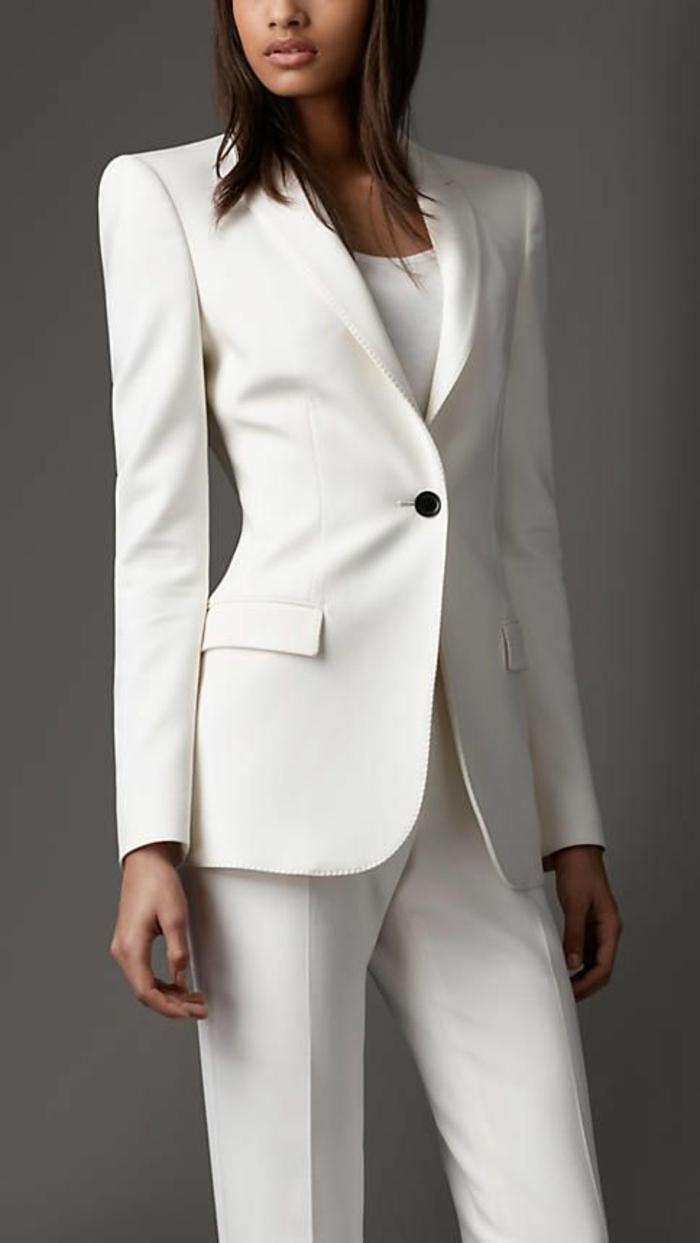 pantalon tailleur, tenue blanc total, avec blouse blanche moulante sous la veste, tailleur pantalon femme cocktail, veste avec un seul bouton noir, pantalon a pinces