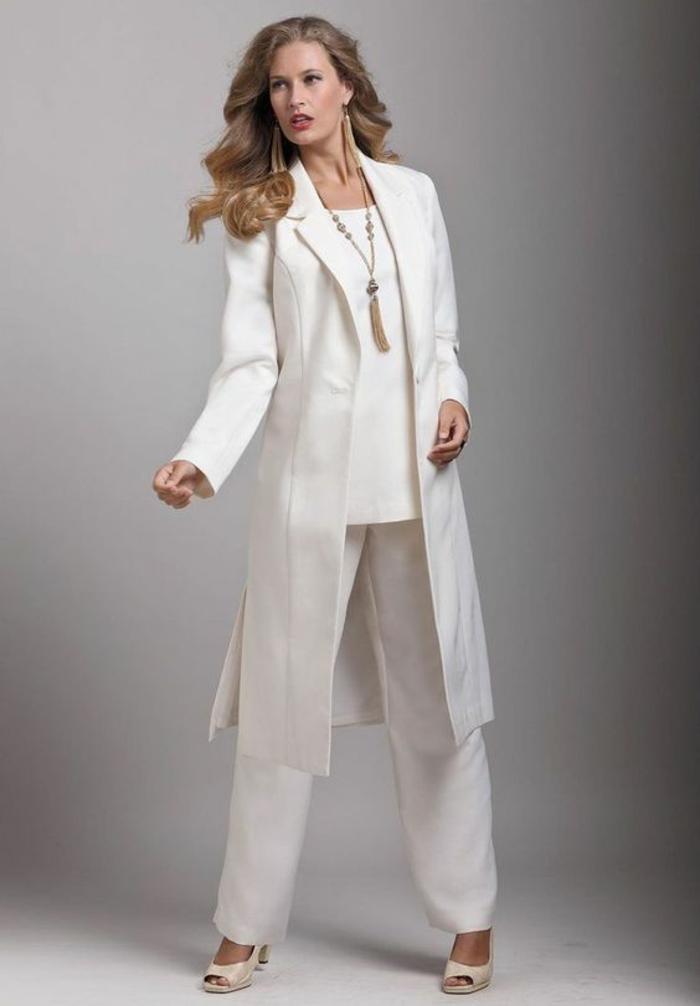 pantalon tailleur femme, tailleur pantalon femme chic pour mariage, veste tunique longue avec des fentes latérales profondes, pantalon large en soie blanche, sandales en ivoire