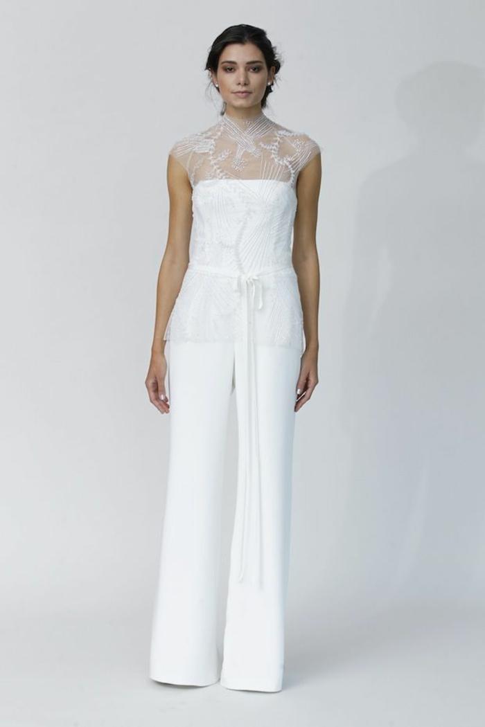 pantalon tailleur femme tout en blanc, pantalon évasé, épaules et col en dentelle blanche, ceinture fine blanche en tissu, pantalon smoking femme
