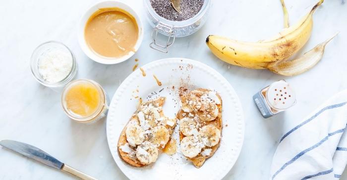 une alternative healthy de la tartine du matin traditionnelle avec une tranche de patate douce au beurre de cacahuète et banane
