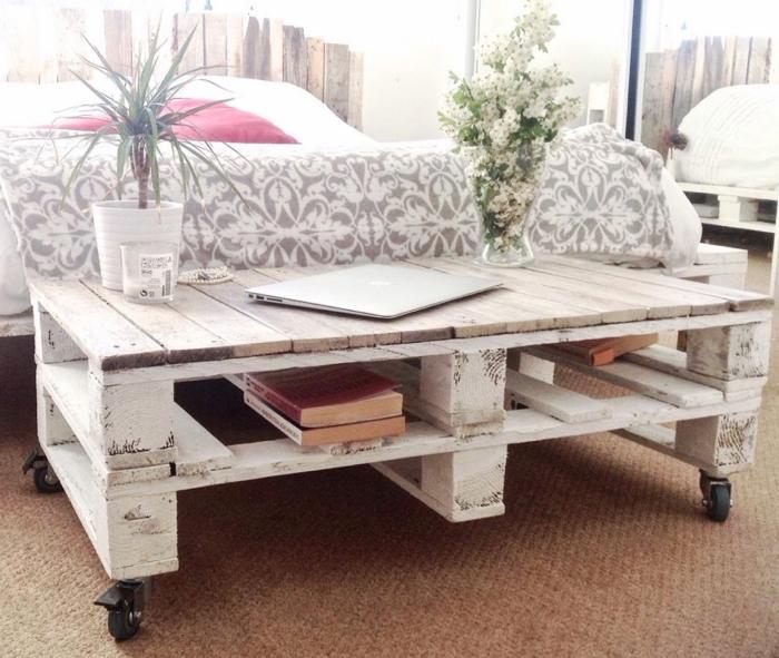 une table palette à roulettes avec espace de rangement facile à réaliser, fabriquée avec deux palettes superposées
