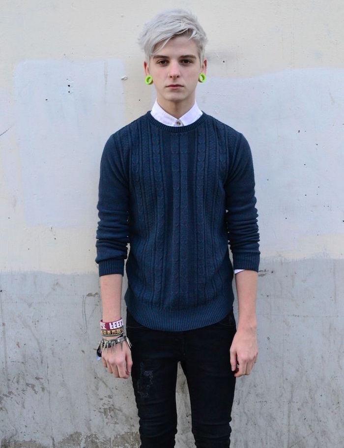 ado avec style hipster et coiffure mode avec teinture blanche homme et écarteurs oreilles vert fluo