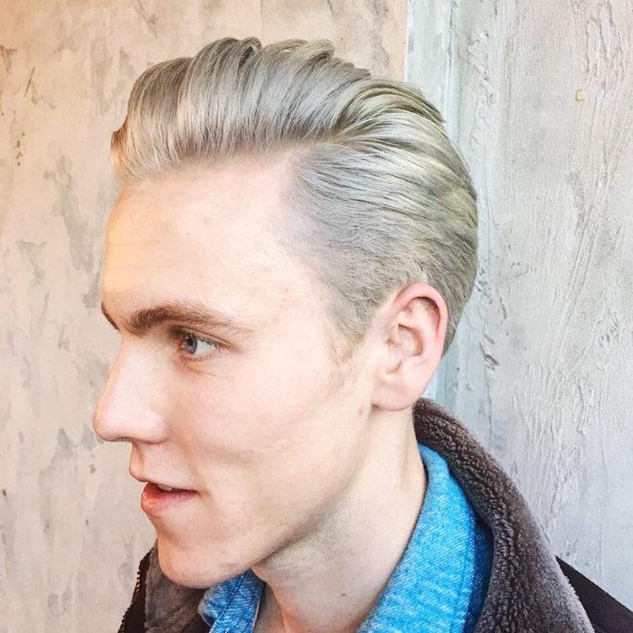 coiffure retro homme en arriere et avec coloration meche blond platine reflet cendré