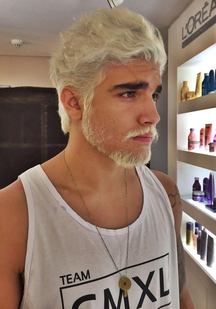 photo homme avec décoloration cheveux et barbe courte blond platine