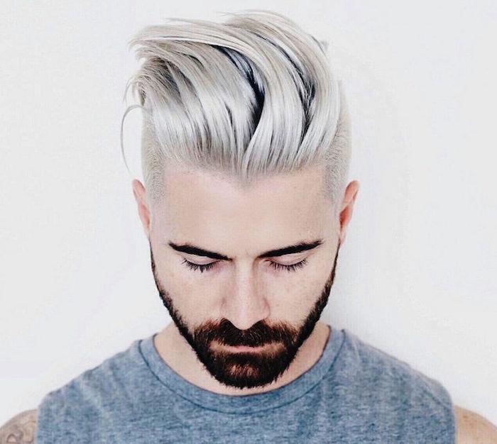 coupe de cheveux mode en arriere avec coté court undercut et décoloration gris blanc polaire
