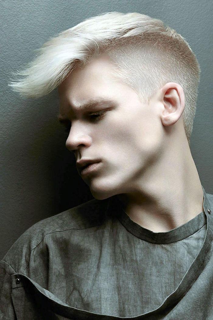 coupe de cheveux viking style hipster russie avec meche sur le devant coté court et teinture blonde platine