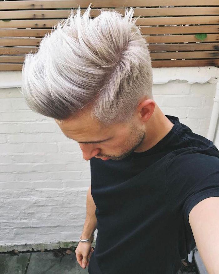 décoloration cheveux homme blond gris et coupe type pompadour avec volume et fondu sur le coté