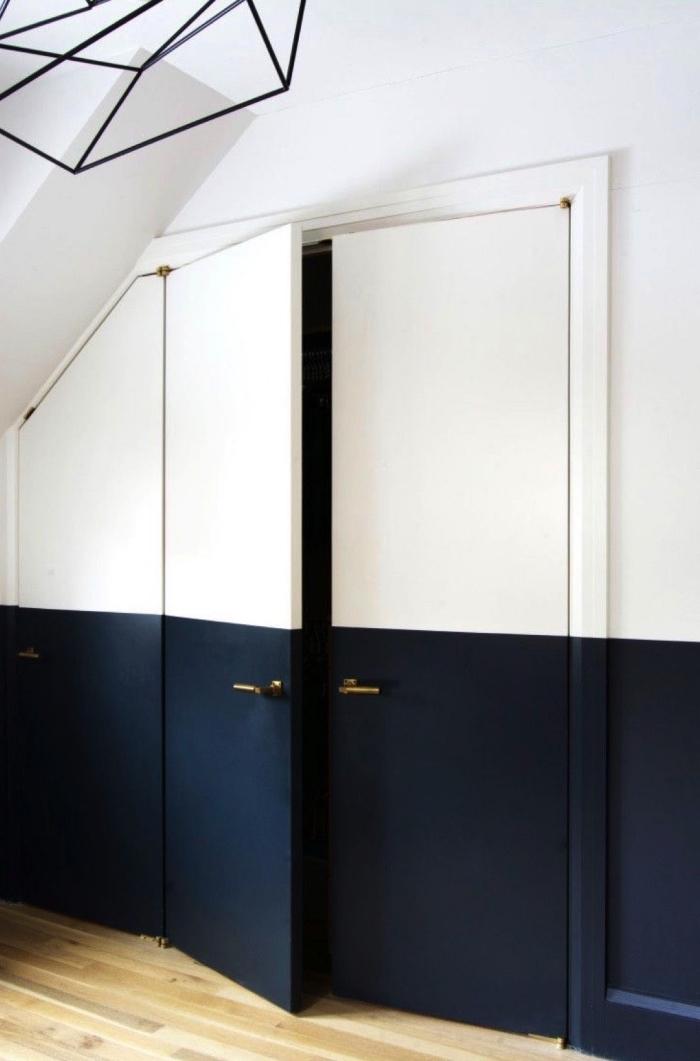 porte interieure bicolore peinte à moitié en noir et blanc qui continue visuellement le soubassement, réaliser des motifs graphiques en peinture et au masking tape