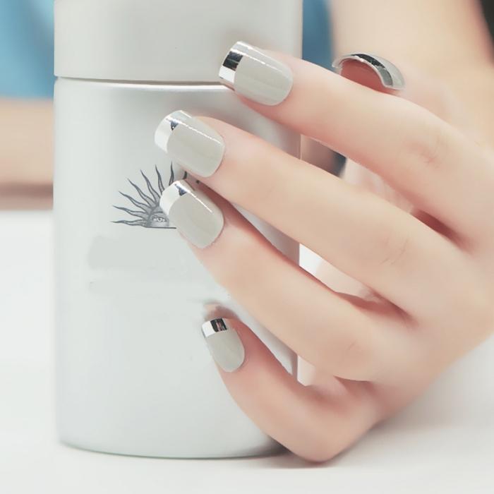 deco ongle french en gris clair et gris métallique, idée comment faire une manucure originale bicolore facile